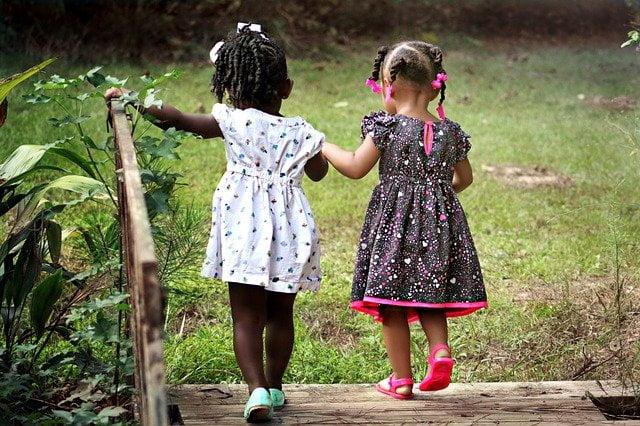 Legginsy czy rajstopy – co dobrać do dziewczęcych sukienek i spódniczek?