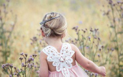 Jak ubrać córeczkę na wesele? Przegląd wyjściowych sukienek dla dziewczynek